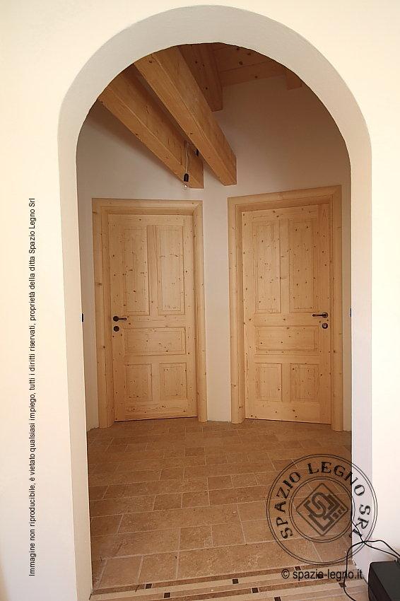 Porte abete naturale posate in un appartamento della val for Planimetrie della casetta di legno