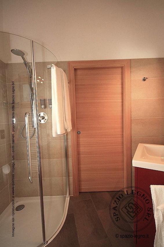 Porte larice massello installate presso un locale pubblico - Porte per bagni ...