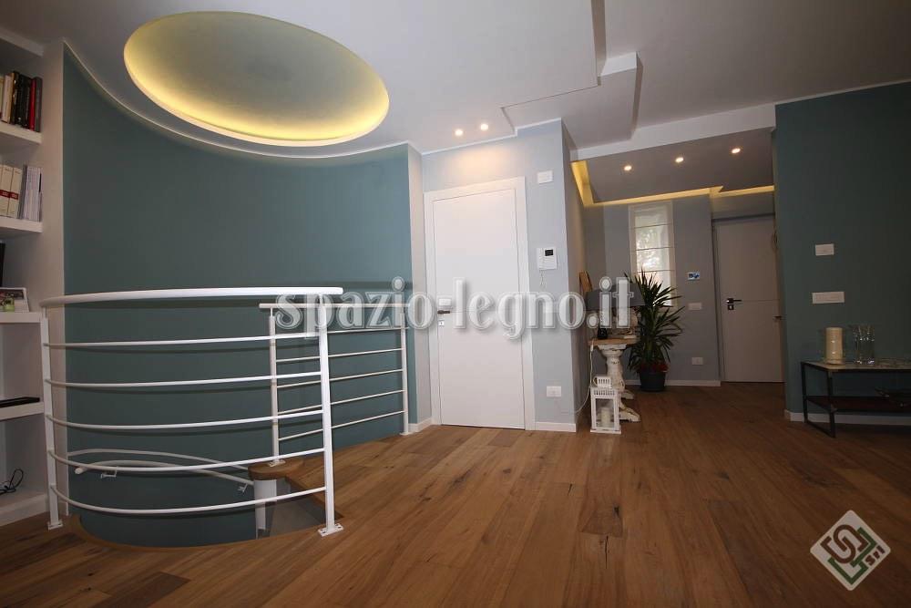 porte bianche pavimento legno rovere