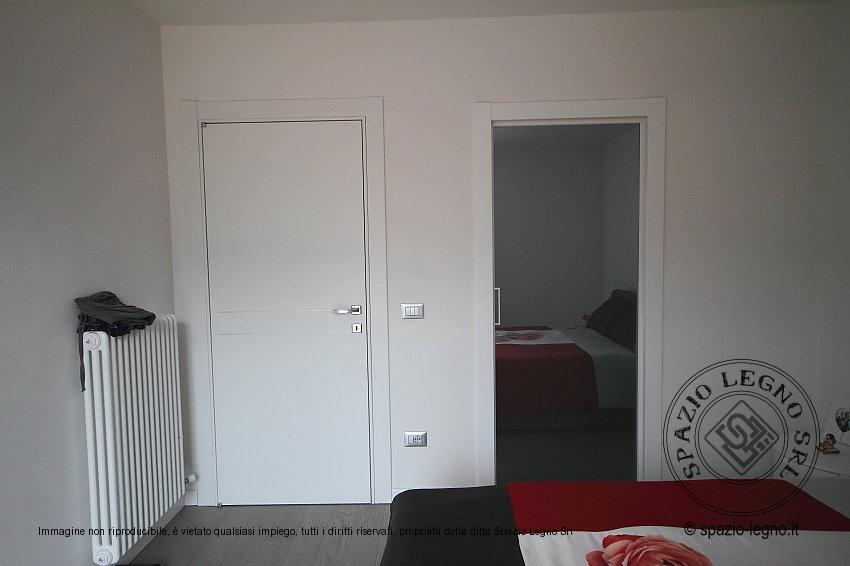Porte scorrevoli tuttovetro e porte bianche melaminico Stilia Gidea